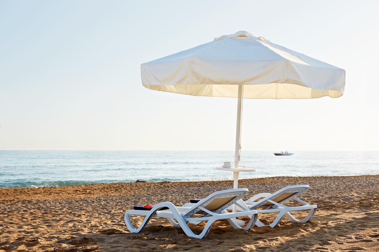Den härliga stranden ligger ca 500 meter från resorten.