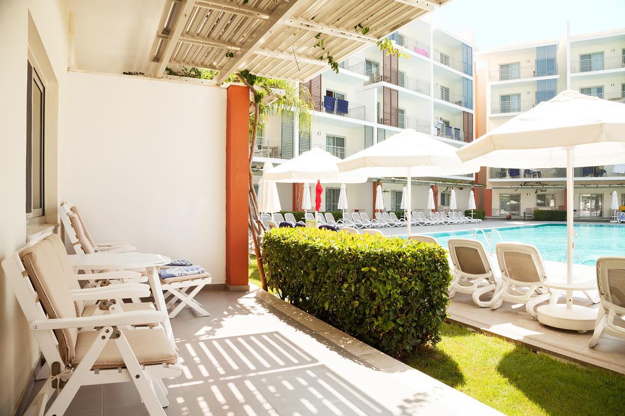 Tvårumslägenhet Royal Family Suite, terrass mot poolområdet