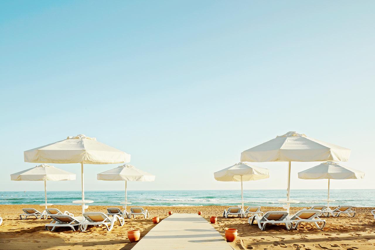 Sides östra strand ligger ca 500 meter från hotellet.