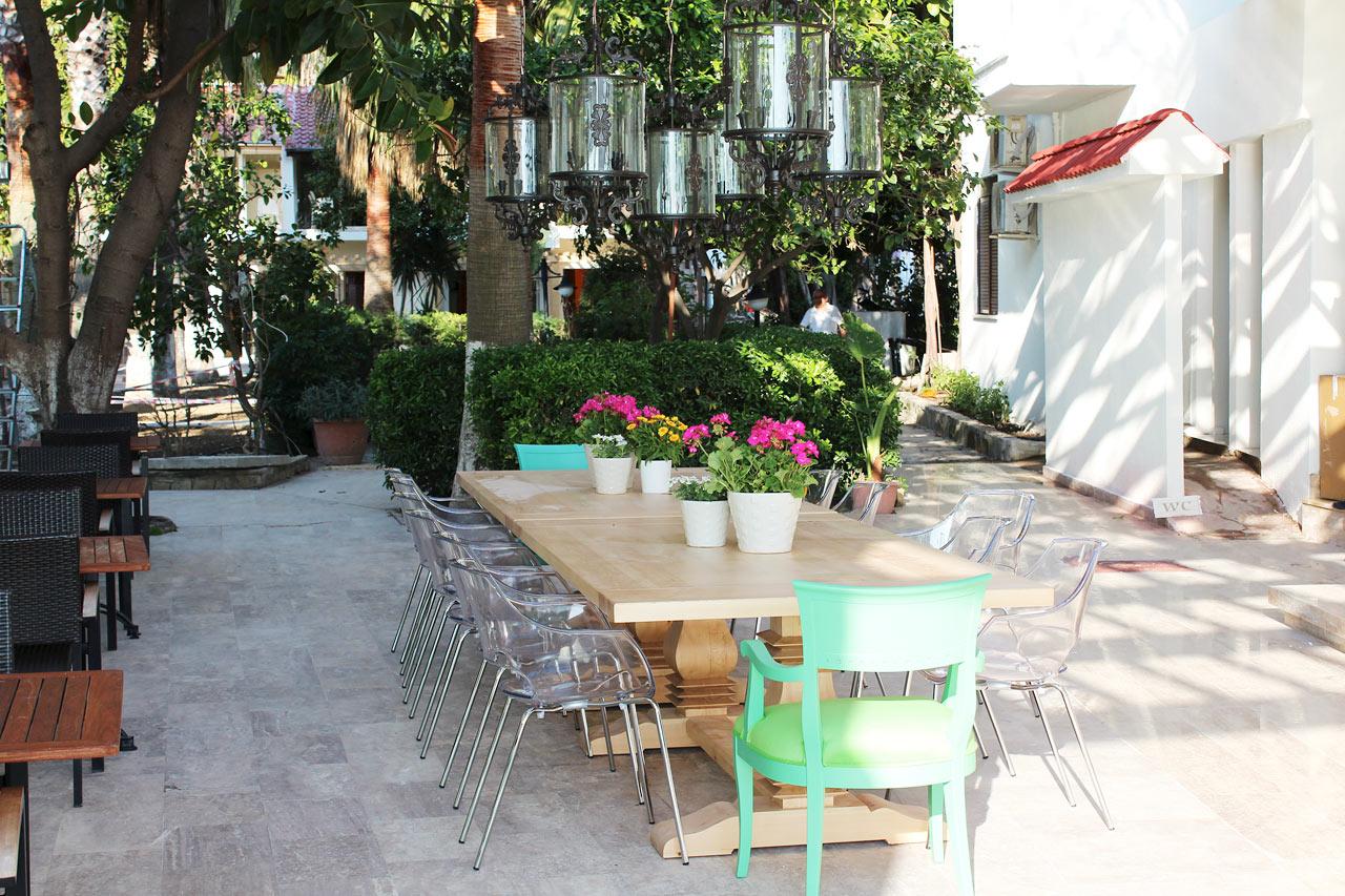 Sunprime Restaurants mysiga uteservering på innergården.
