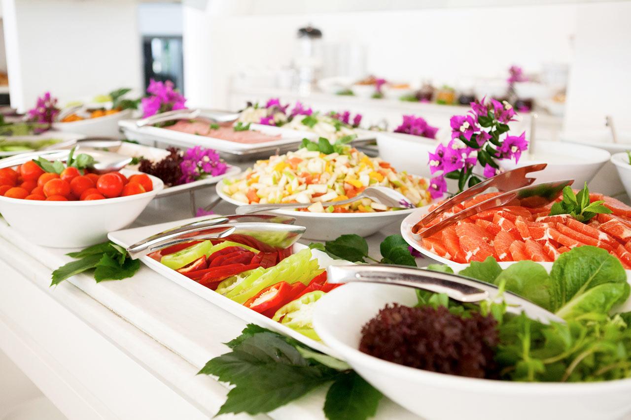 Sunprime Beachfront - Hotellets fräscha frukostbuffé ger dig en perfekt start på dagen