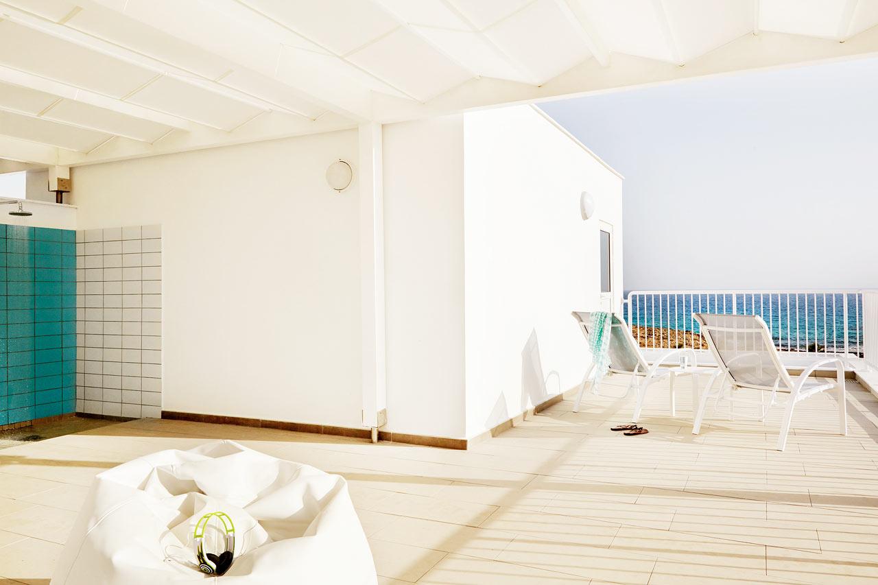 Sunwing Sandy Bay Beach - Trerumslägenhet Royal Family Suite med takterrass (i bild) och stor balkong.