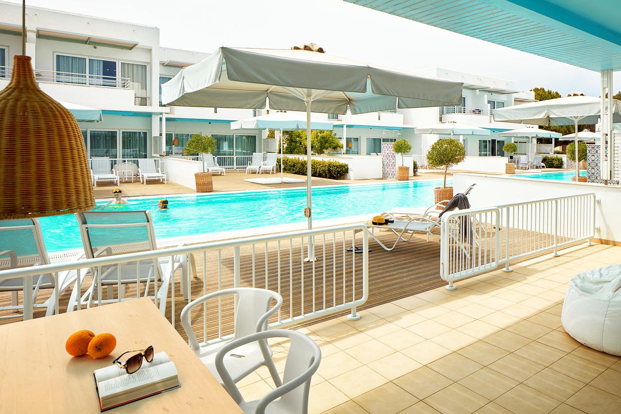 Sunwing Sandy Bay Beach - Royal Family Suite, stor terrass med access till privat, delad pool.