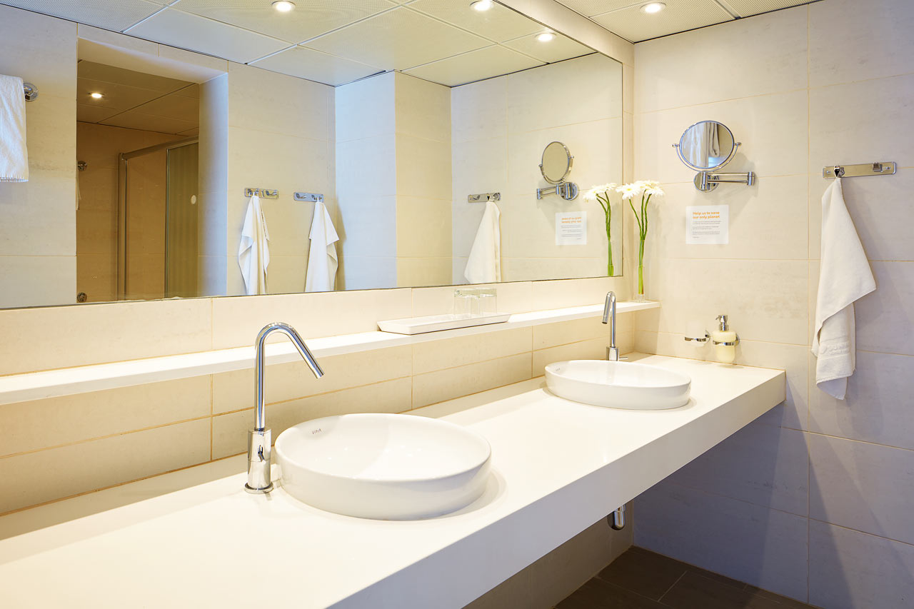 Sunwing Sandy Bay Beach - Trerumslägenhet Royal Familu Suite, stor terrass med access till privat, delad pool.