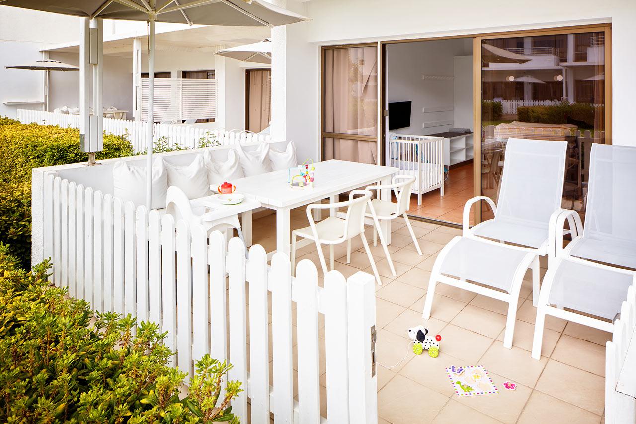 Sunwing Sandy Bay Beach - 1-rumslägenhet Happy Baby, terrass mot trädgården.
