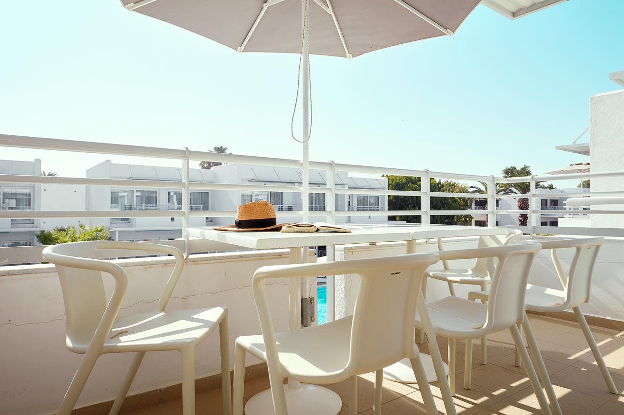Sunwing Sandy Bay Beach - 2-rumslägenhet Family för 5 personer, terrass mot omgivningarna.