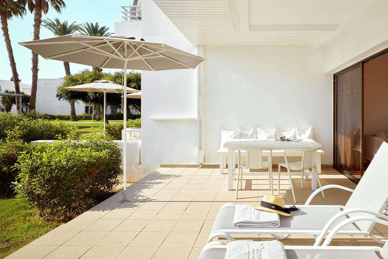 Sunwing Sandy Bay Beach - 2-rumslägenhet Royal Family Suite, terrass mot trädgården