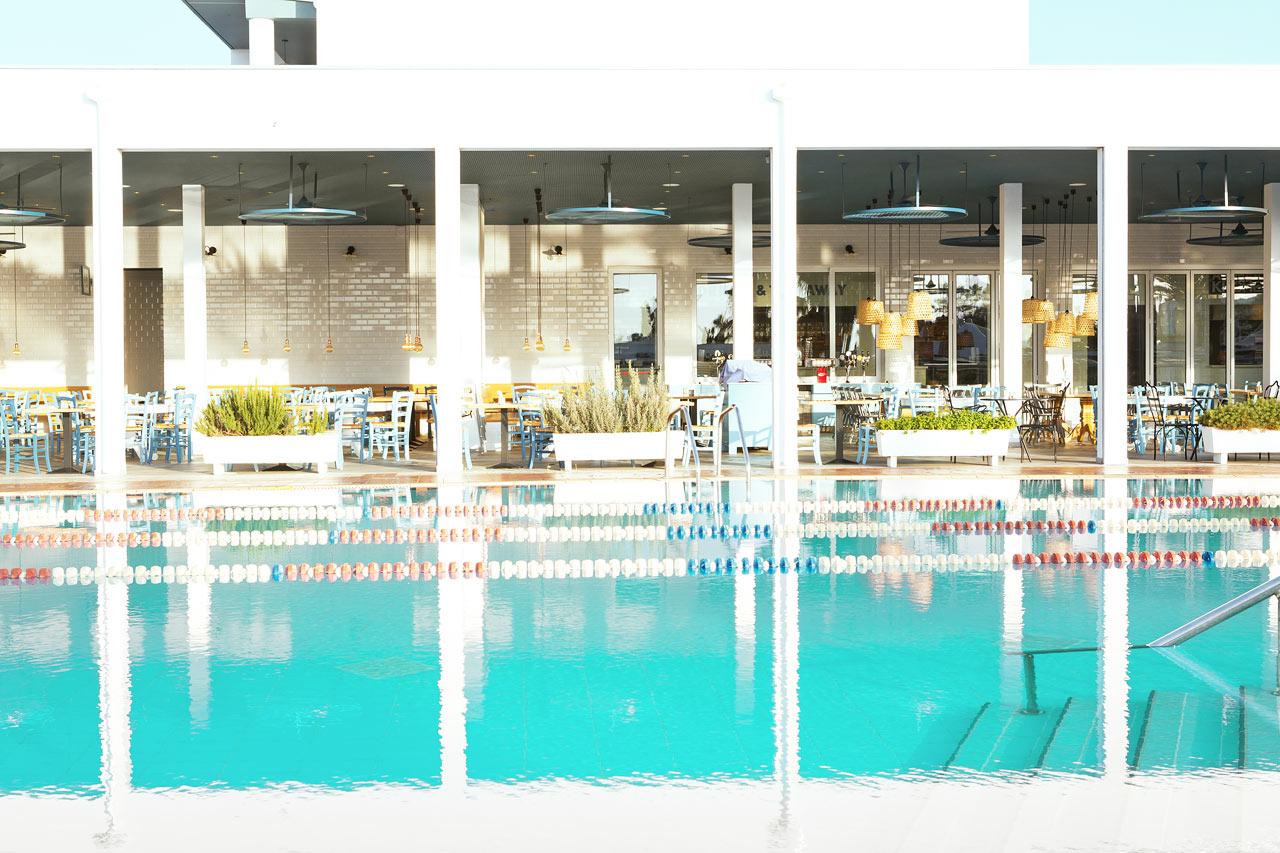 Sportpoolen är perfekt för simning. Njut av en morgonrunda i poolen.
