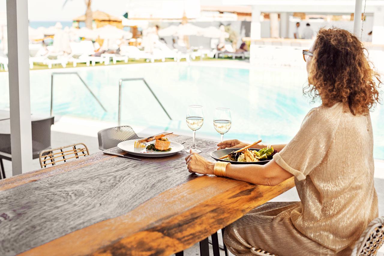 À la carte-restaurang som ligger i hotellets Beach Club och erbjuder en enastående utsikt över havet