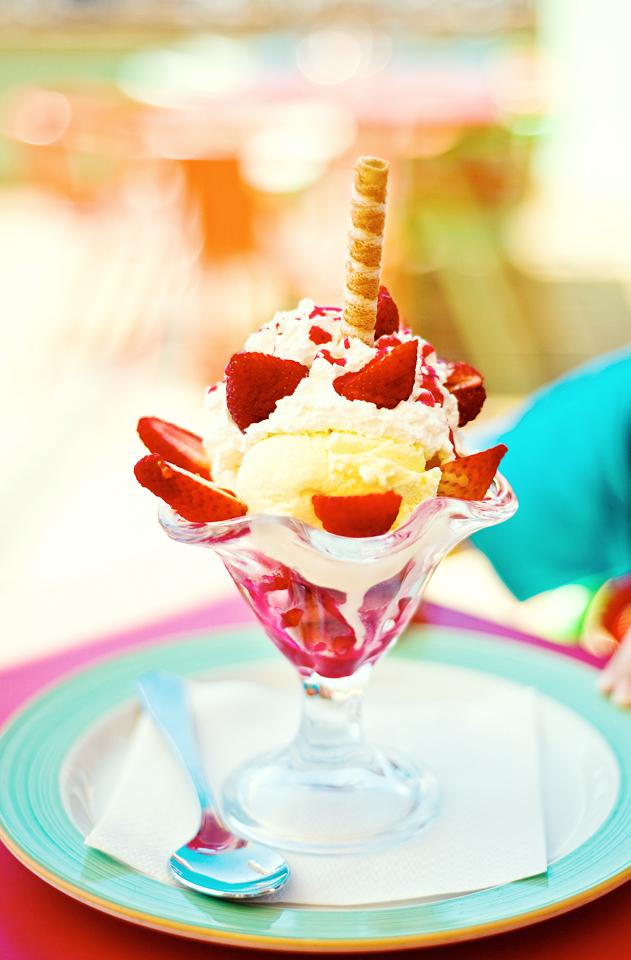 Alla barn får glass till efterrätt i bufférestaurangen.