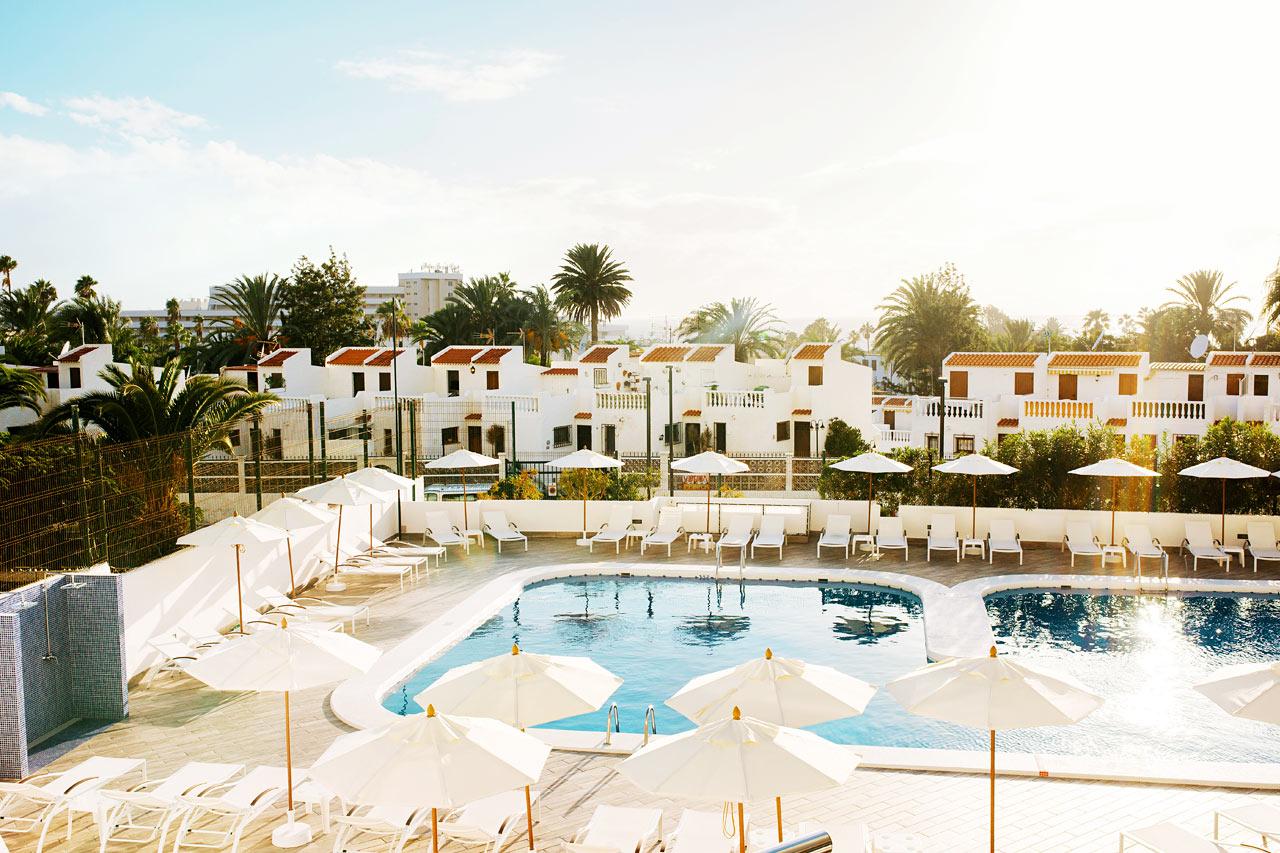 I det lugna poolområdet finns gott om solstolar och parasoll.