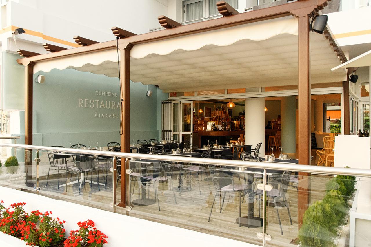 På à la carte-restaurangen kan du välja om du är sugen på tapas eller en grillad köttbit.