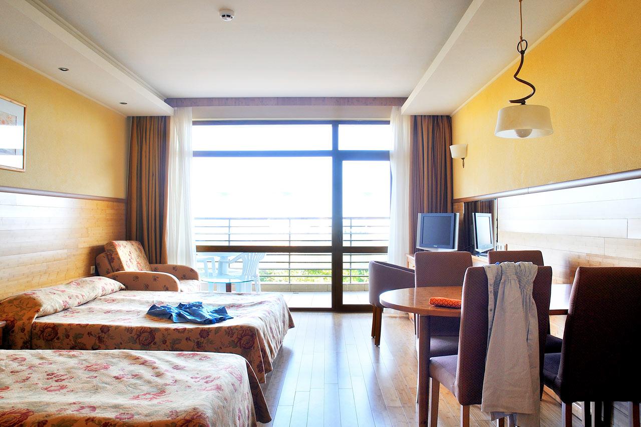 Kombinerat Kok Och Vardagsrum : Flamingo  Enrumslogenhet med kombinerat sov och vardagsrum